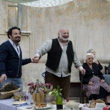 Ci vediamo domani: il protagonista Enrico Brignano con Burt Young sorride sul set