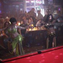 Just like a woman: Golshifteh Farahani e Sienna Miller impegnate nella danza del ventre