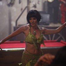 Just like a woman: Sienna Miller balla la danza del ventre in una scena