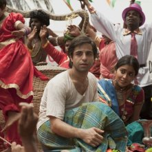 Midnight's Children: Shriya Saran e Satya Bhabha in una movimentata e colorata scena