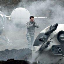 Oblivion: Tom Cruise in azione in una scena del film