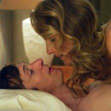The Sessions - Gli appuntamenti: Helen Hunt e John Hawkes in una scena d'amore del film