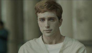 Luke Newberry in una scena della serie drammatica In the Flesh