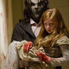 Sinister: Clare Foley in braccio al mostro in una foto promozionale