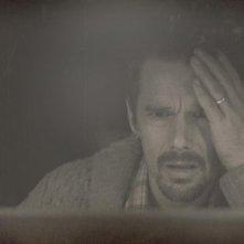 Sinister: Ethan Hawke terrorizzato in una scena del film