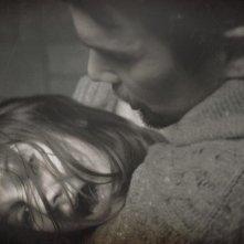 Sinister: Ethan Hawke tiene in braccio Michael Hall D'Addario in una scena