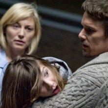 Sinister: Juliet Rylance in un'inquietante scena con Ethan Hawke che tiene in braccio Michael Hall D'Addario