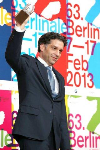 Danis Tanovic con il premio vinto alla Berlinale 2013