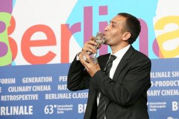 Nazif Mujic con il premio vinto alla Berlinale 2013