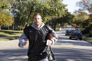 Bradley Cooper si allena in una scena de Il lato positivo - Silver Linings Playbook