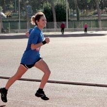 Buongiorno papà: la giovane Rosabell Laurenti-Sellers durante una gara di atletica in una scena
