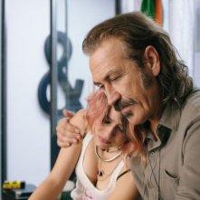 Buongiorno papà: Marco Giallini abbraccia la nipote Rosabell Laurenti-Sellers in una scena