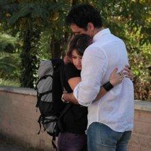 Buongiorno papà: Raoul Bova abbraccia la giovane Rosabell Laurenti Sellers in una scena del film