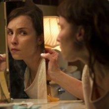 Dead Man Down - Il sapore della vendetta: Noomi Rapace davanti allo specchio in una scena dell'action