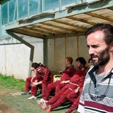 Il terzo tempo: Stefano Cassetti nei panni di Vincenzo, allenatore di rugby, in una scena