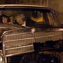 La frode: Laetitia Casta soccorsa da Richard Gere dopo un incidente d'auto in una scena