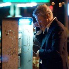 La frode: Richard Gere chiama da una cabina telefonica in una scena del film