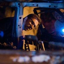 La frode: Tim Roth durante un'ispezione in una scena del thriller