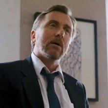 La frode: Tim Roth nei panni del detective Michael Bryer in una scena del thriller