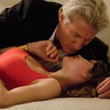 Laetitia Casta insieme a Richard Gere in una scena d'amore del thriller La frode