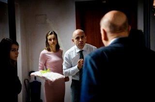 Tutti contro tutti: Rolando Ravello insieme a Kasia Smutniak in una scena