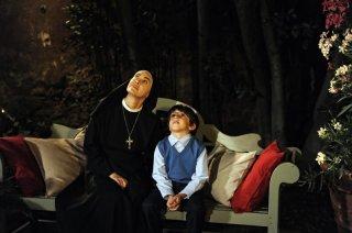 Che Dio ci aiuti 2: Elena Sofia Ricci e Cesare Kristian Favoino in una scena della fiction