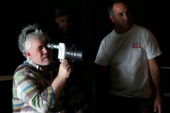 Gli amanti passeggeri: il regista Pedro Almodóvar sul set