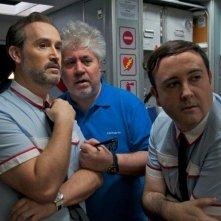 Gli amanti passeggeri: il regista Pedro Almodóvar sul set con Javier Cámara e Carlos Areces
