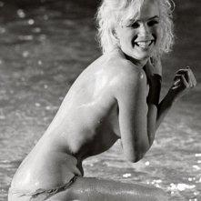 Marilyn Monroe a bordo piscina sul set del film Something's Got to Give in una foto pubblicata nel 2013