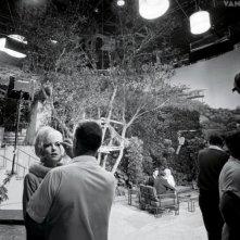 Marilyn Monroe impegnata sul set del film Something's Got to Give in una foto pubblicata nel 2013