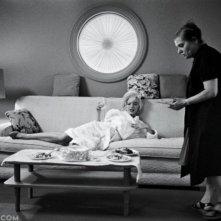 Marilyn Monroe impegnata sul set del film Something's Got to Give in una foto pubblicata nel 2013 da Vanity Fair