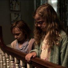 Mama: Megan Charpentier con Isabelle Nélisse in un'inquietante scena del film