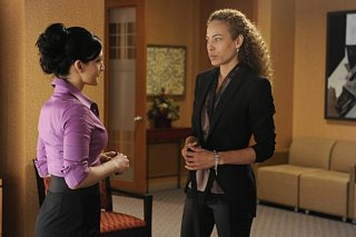 The Good Wife: Archie Panjabi e Tawny Cypress nell'episodio I Fought the Law
