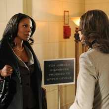 The Good Wife: Audra McDonald e Julianna Margulies nell'episodio Runnin' with the Devil