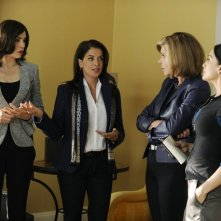 The Good Wife: Julianna Margulies, Annabella Sciorra, Christine Baranski ed Archie Panjabi nell'episodio Waiting for the Knock