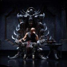 Vin Diesel seduto su un trono in una scena di Riddick