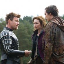Ewan McGregor in una scena de Il cacciatore di giganti con Nicholas Hoult e Eleanor Tomlinson