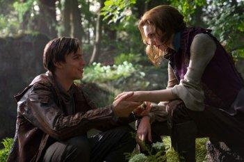 Il cacciatore di giganti: Nicholas Hoult e Eleanor Tomlinson in una tenera scena del film