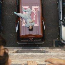 Justin Chon (sdraiato sul furgone) in una scena di Un compleanno da leoni