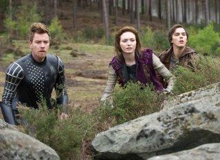 Nicholas Hoult con Eleanor Tomlinson e Ewan McGregor in una scena de Il cacciatore di giganti