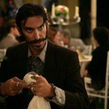AmeriQua: Matteo Reza Azchirvani in una scena