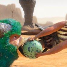 I Croods: mamma Ugga in una scena del film tenta di salvare il suo uovo