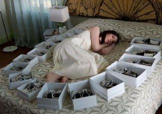 Stoker: Mia Wasikowska circondata da scatole di scarpe in una scena del film