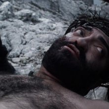 Su Re: Fiorenzo Mattu è il Cristo sulla croce in una scena del film