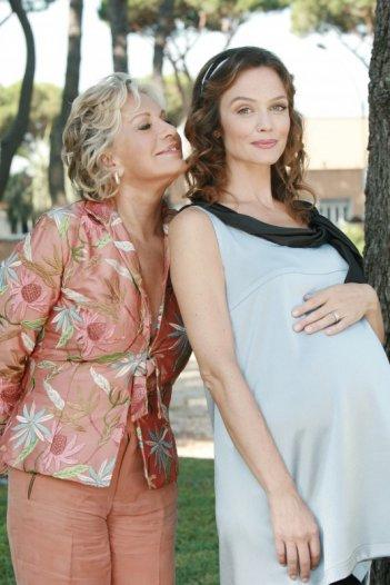 Un medico in famiglia 8: Francesca Cavallin e Catherine Spaak in un'immagine della serie