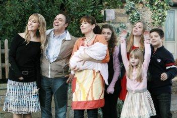 Un medico in famiglia 8: una scena di gruppo della fiction