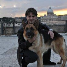 Rex 4: il protagonista Rex con il nuovo commissario interpretato da Ettore Bassi in una foto promozionale