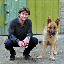 Rex 4: il protagonista Rex con il nuovo commissario interpretato da Ettore Bassi in una foto promozionale della fiction