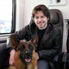 Rex con il nuovo commissario interpretato da Ettore Bassi sul treno Frecciarossa