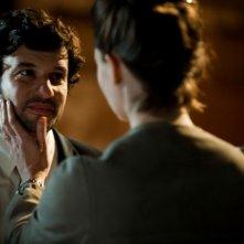 L'amore inatteso: Eric Caravaca dolcemente accarezzato da Arly Jover in una scena del film